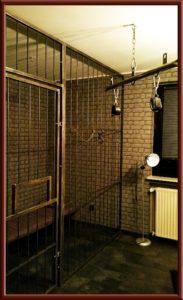 Verhörraum im Fetisch Knast, Gefängniszelle
