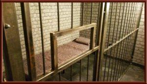 Fetisch Knast, Gefängniszelle