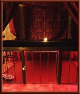 Bondagebett und Bettkäfig im Big Secret bdsm Apartment