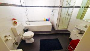 Großes Badezimmer im Big Secret mit Badewanne