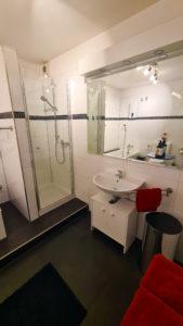 Großes Badezimmer im Big Secret mit Dusche